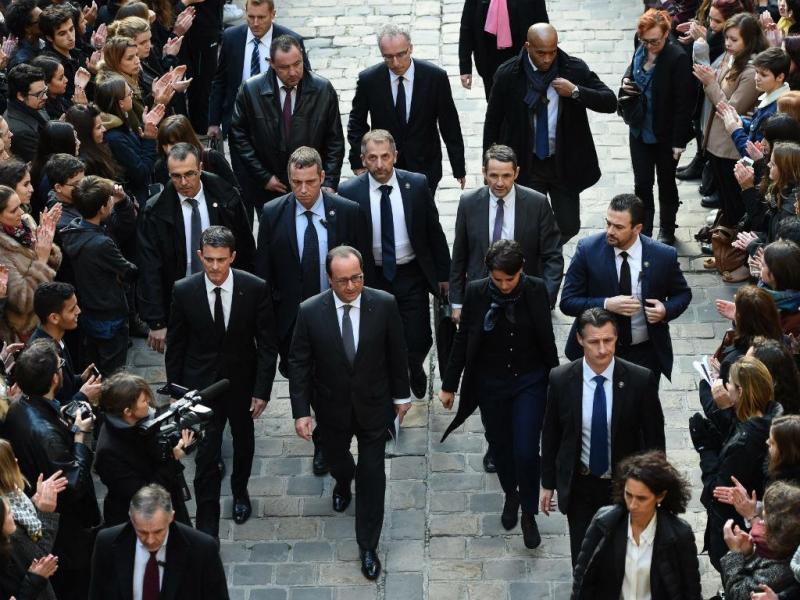 Homenagem às vítimas dos atentados, um minuto de silêncio: François Hollande e Manuel Valls (EPA/Lusa)