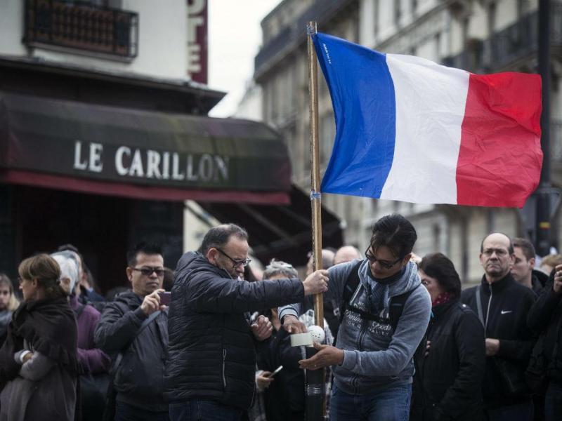 Homenagem às vítimas dos atentados, um minuto de silêncio junto aos restaurantes parisienses (EPA/Lusa)