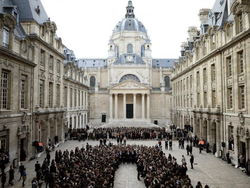 Homenagem às vítimas dos atentados, um minuto de silêncio na Universidade de Sorbonne, em Paris (EPA/Lusa)