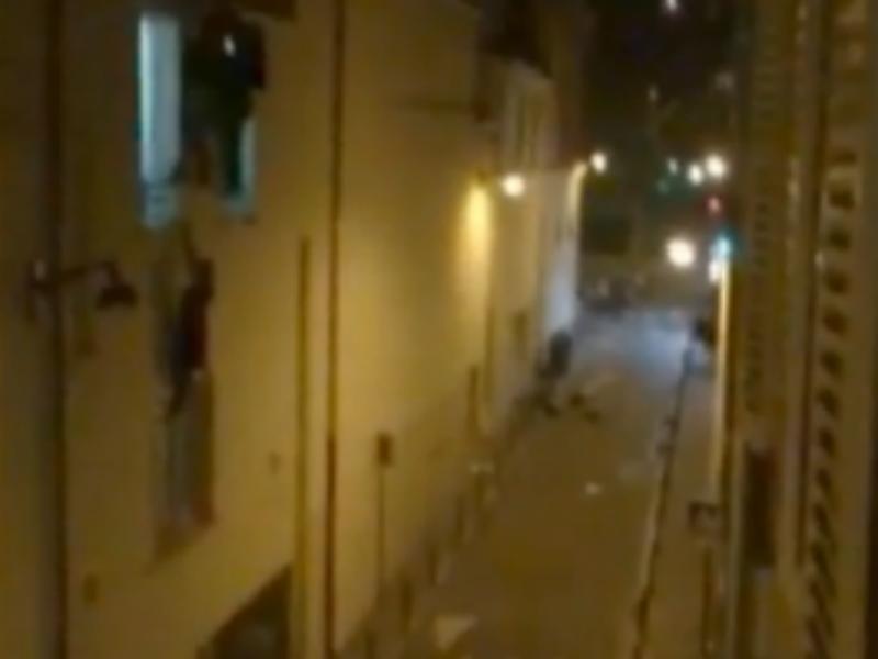 Grávida pendurada na janela do Bataclan