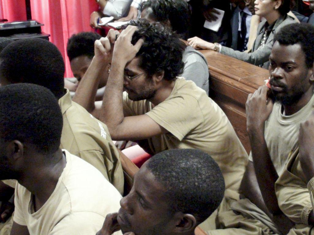 Luaty Beirão, entre os restantes ativistas, no arranque do julgamento, a 16 de novembro (Foto: Lusa\Paulo Julião)