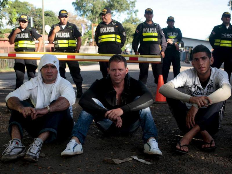 Migrantes cubanos retidos na fronteira entre Costa Rica e Nicarágua (REUTERS)