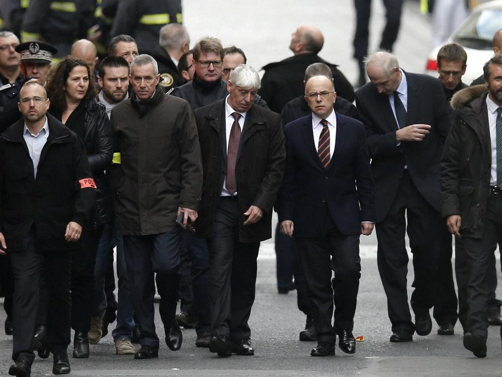 Ministro do Interior francês, Bernard Cazeneuve, visita local do raide antiterrorista [EPA/Lusa]
