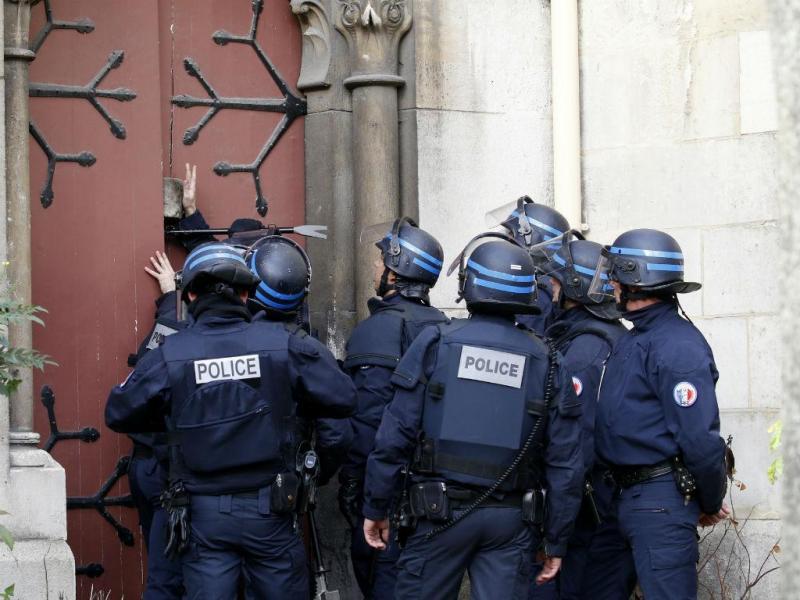 Polícia rebenta porta de uma igreja em Saint Denis, Paris, durante a caça aos jihadistas alegadamente responsáveis pelos atentados [Reuters]