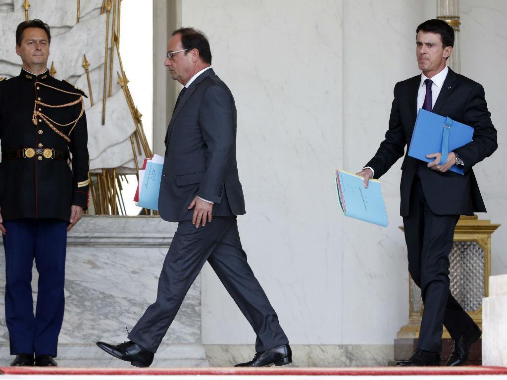 François Hollande e Manuel Valls, no Palácio do Eliseu, para discutir a situação após o raide policial e militar no norte de Paris [REUTERS]