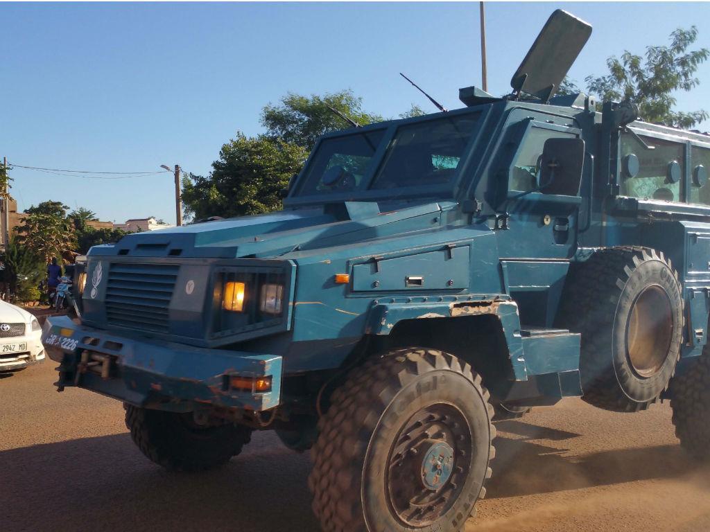 Forças de segurança perto do hotel Radisson, no Mali