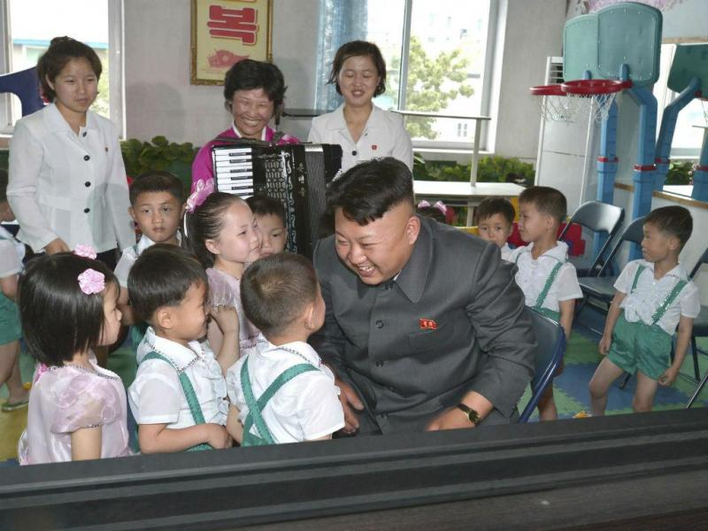 Líder da Coreia do Norte, Kim Jong-Un, de visita a um orfanato de Pyongyang (REUTERS-KCNA )