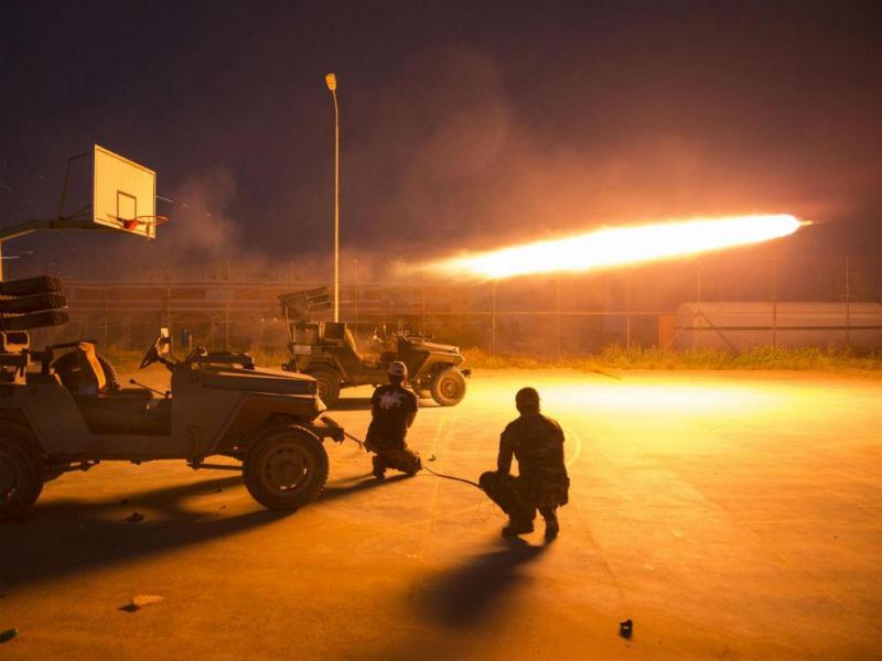 Combatentes xiitas disparam contra militantes do EI, no Iraque