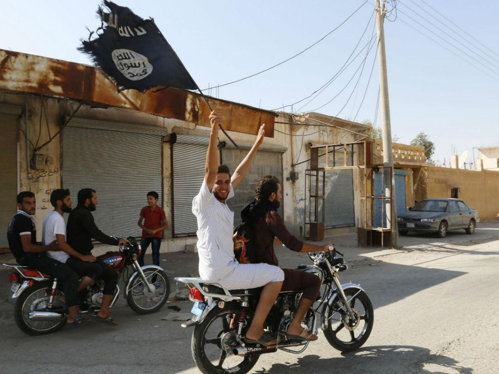 Celebração do EI, depois de conquistar a cidade de Tabqa, na Síria