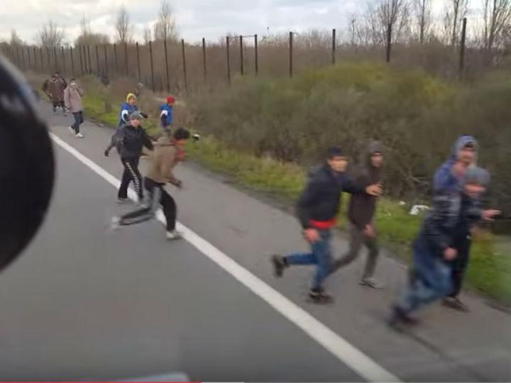 Motorista desvia veículo contra refugiados