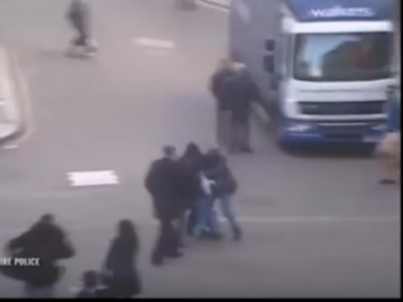 Vídeo mostra pessoas na rua que se juntaram para deter um ladrão armado