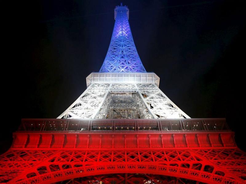 Torre Eiffel com as cores da bandeira francesa em homenagem às vítimas dos atentos de 13 de novembro