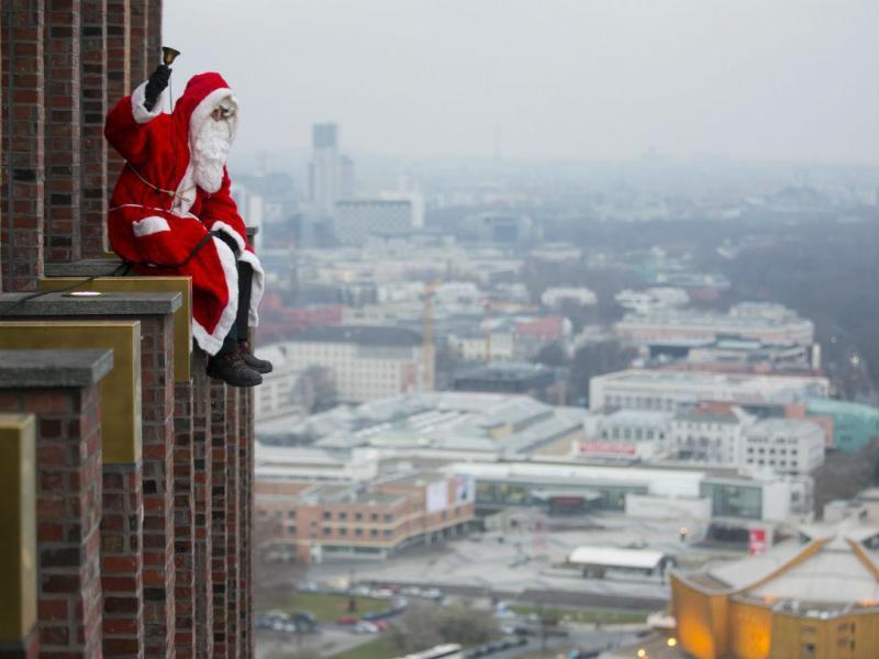 Um homem vestido de Pai Natal à frente da Torre Kollhoff, em Berlim (REUTERS / Hannibal Hanschke)