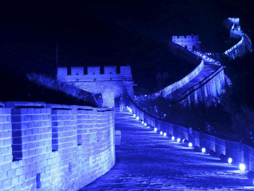 Grande Muralha da China iluminada de azul no 70º aniversário das Nações Unidas (REUTERS / Li Sanxian)