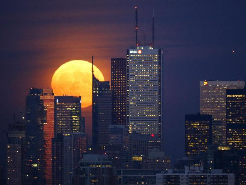 A lua nasce atrás do horizonte, em Toronto, no Canadá (REUTERS / Mark Blinch)