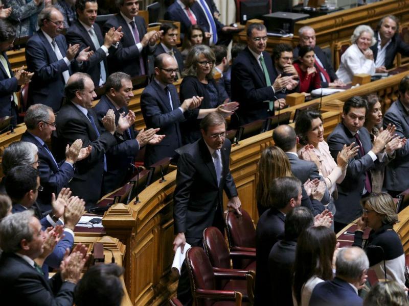 Deputados das bancadas do CDS-PP e do PSD aplaudem Pedro Passos Coelho (MIGUEL A. LOPES/LUSA)
