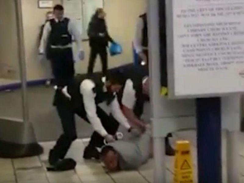 Homem esfaqueia três pessoas no Metro de Londres (Reprodução Youtube)