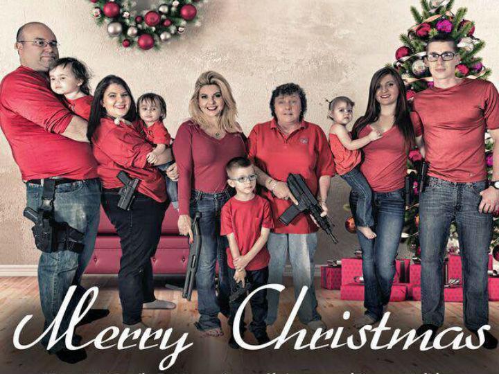 Uma fotografia de Natal com armas na mão