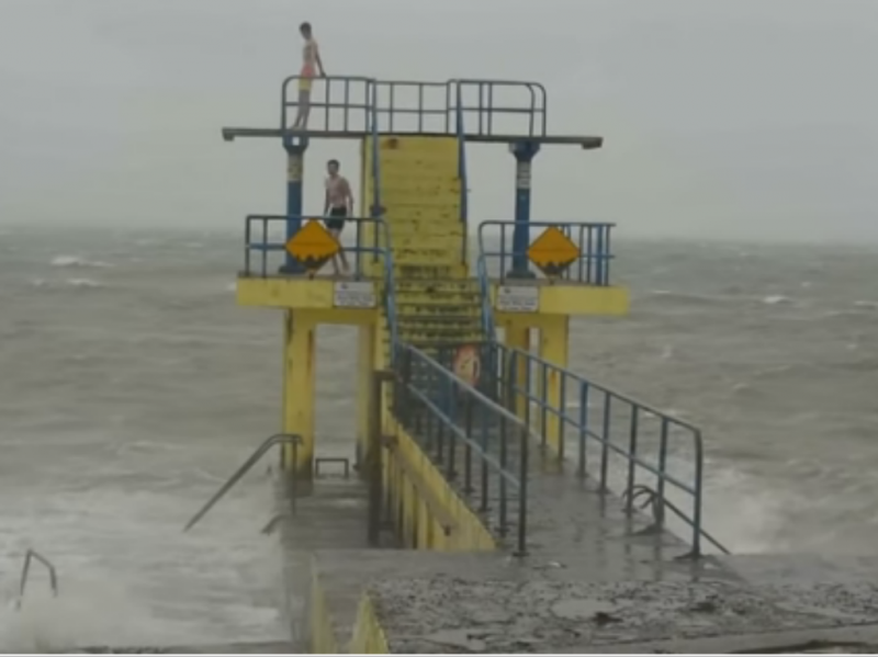 Vídeo mostra dois jovens a saltar para o mar durante tempestade