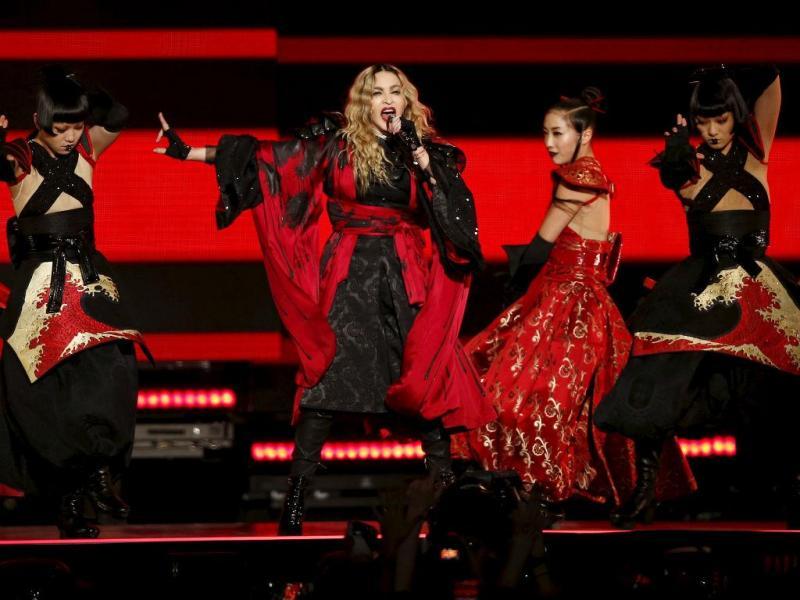 Madonna em concerto em Paris após atentados (Reuters)