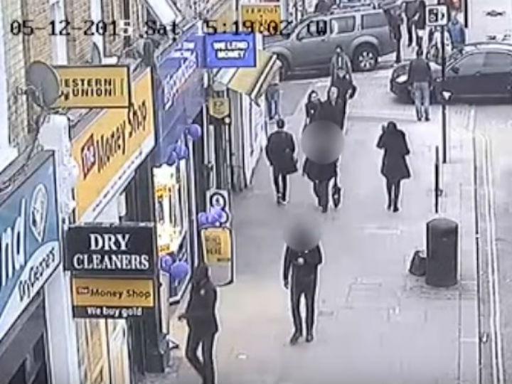 Momento em que telhado desaba em rua de Londres (Reprodução Youtube)