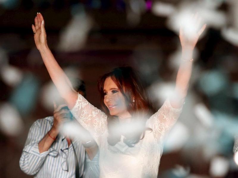A emoção na despedida de Cristina Kirchner do poder na Argentina (Reuters)