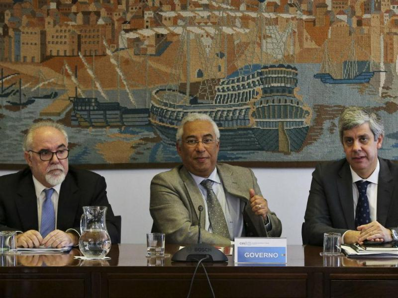 António Costa acompanhado por Mário Centeno e António Vieira da Silva (MIGUEL A. LOPES/LUSA)