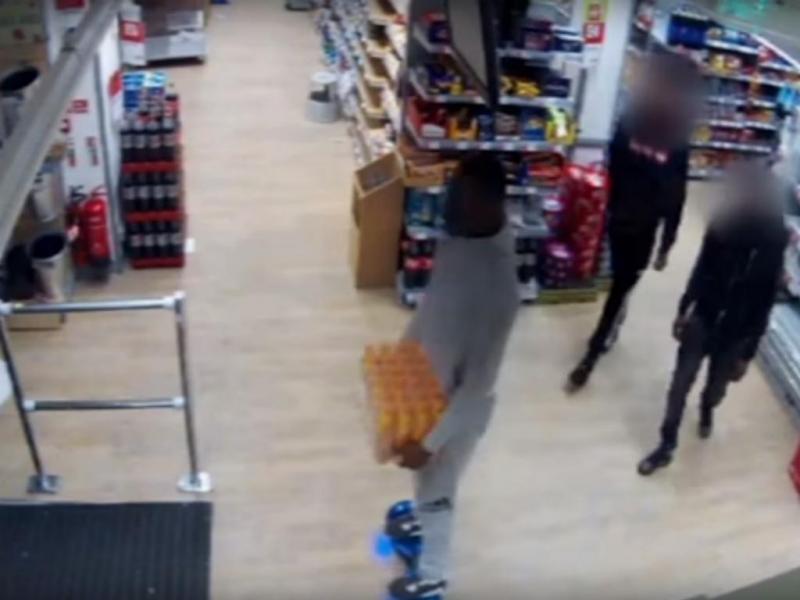 Homem rouba caixa de bebidas em supermercado de Londres