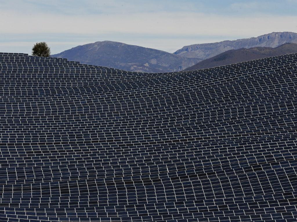 Painéis solares transformam paisagem em Les Mees, França