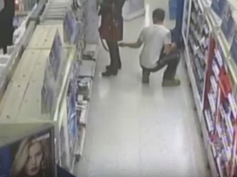 Câmara de vigilância: homem tira foto por baixo da saia de uma mulher
