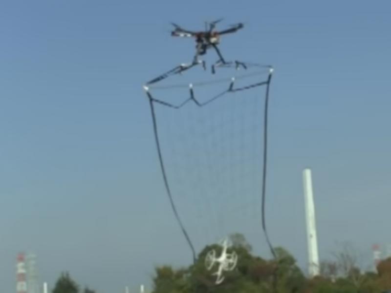 Polícia japonesa desenha drones com redes para capturar objetos suspeitos
