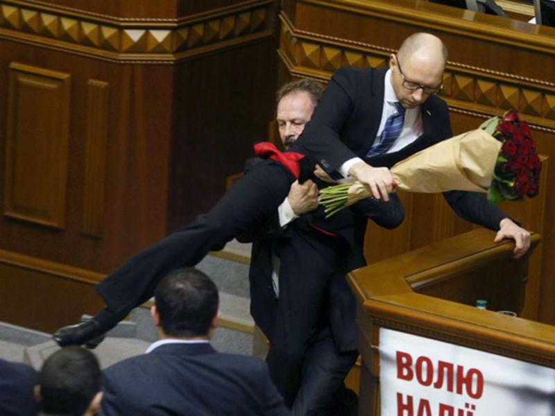 Confusão no Parlamento da Ucrânia (REUTERS/Valentyn Ogirenko)