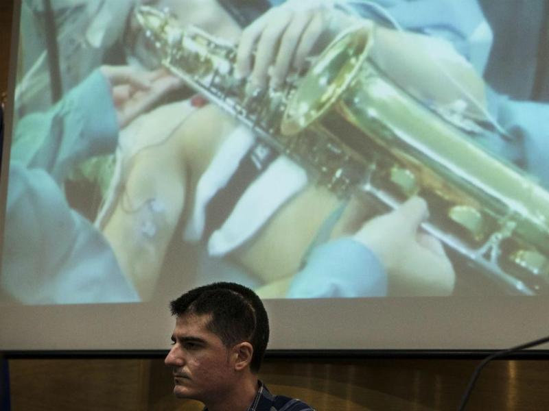 Paciente toca saxofone durante operação ao cérebro