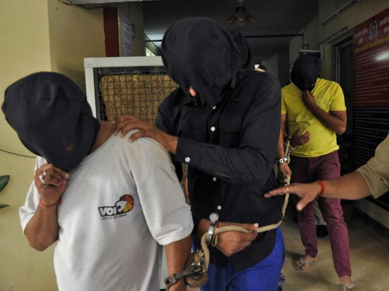 Alguns dos homens acusados da violação de uma mulher num autocarro de Nova Deli (REUTERS)
