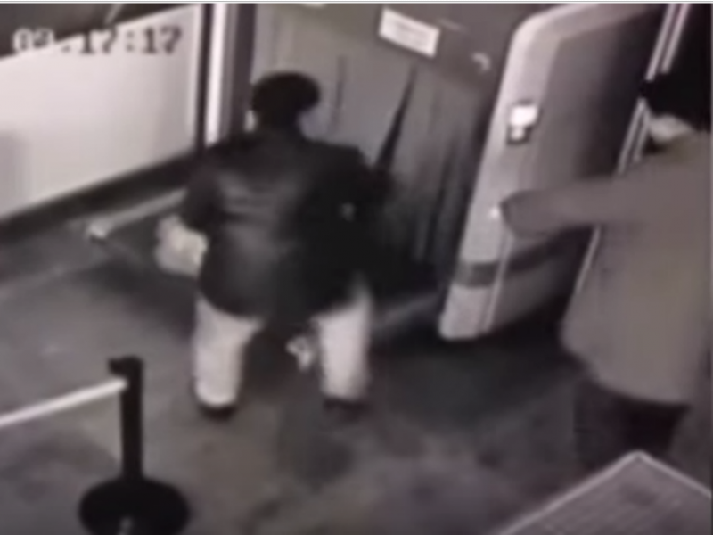 Homem passa pelo raio-X do aeroporto por engano