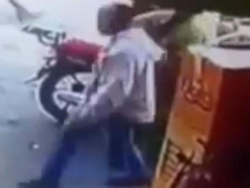 Homem que alegadamente assediou mulher em mercado marroquino (Reprodução Youtube)