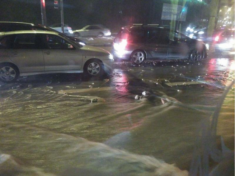 Conduta rebenta na Calçada de Carriche
