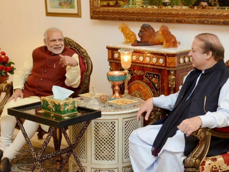 Narendra Modi (E) e Nawaz Sharif (D)