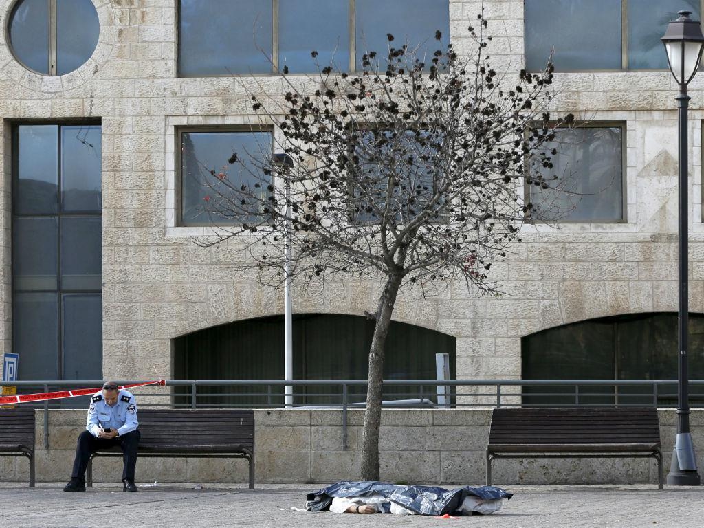 Palestiniano morto pela polícia após puxar de uma faca, Jerusalém (REUTERS)