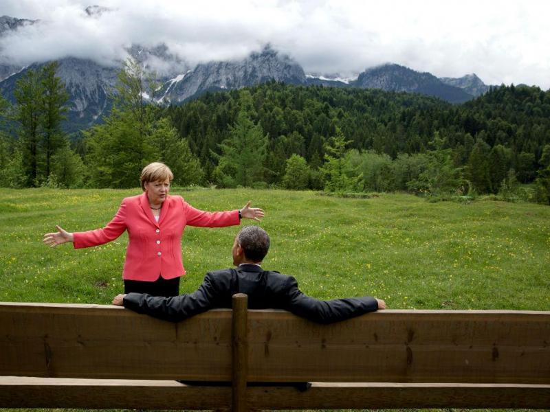 8 de junho de 2015 - Na imagem Obama com Angela Merkel, num momento que antecedeu a tradicional foto de família na Cimeira do G7, na Alemanha