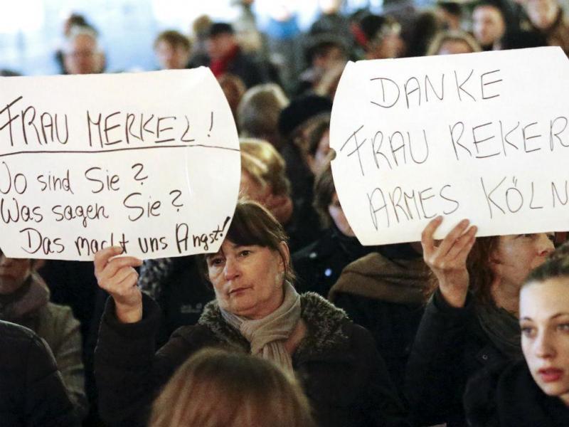 Centenas de mulheres manifestaram-se após agressões sexuais em série em Colónia, exigindo ação por parte de Merkel (REUTERS)