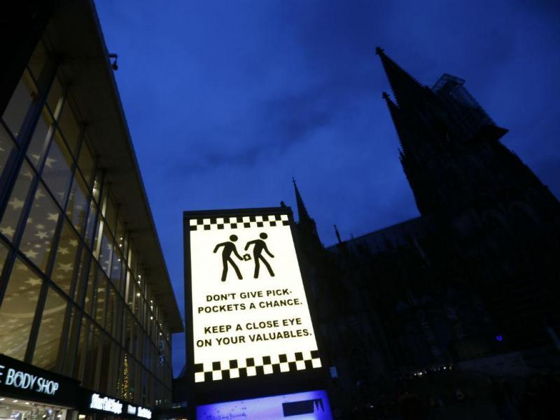 A praça onde ocorreram os alegados crimes. São visíveis os cartazes a alertar para o perigo de carteiristas (REUTERS)