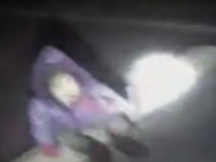 Menina deixada por ladrão num parque de estacionamento