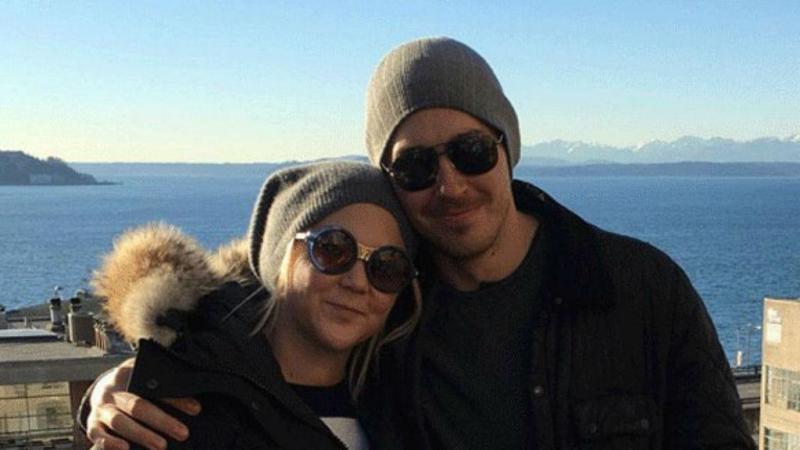 Amy Schumer com o namorado Ben Hanisch