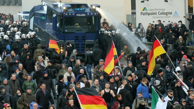 Polícia alemã dispersa xenófobos com gás lacrimogéneo e canhões de água