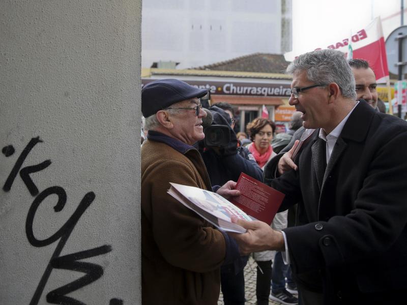 Edgar Silva em campanha na margem sul do Tejo (Tiago Petinga/LUSA)