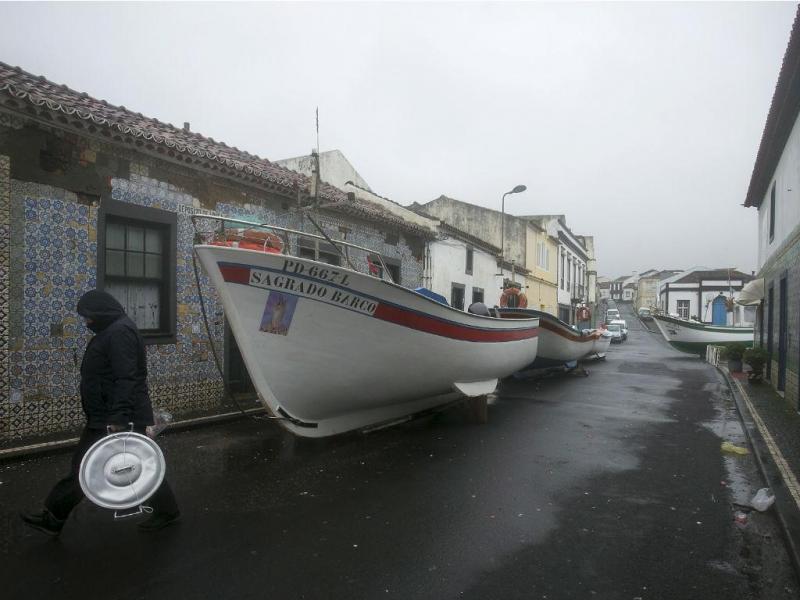Barcos em terra... tempestade no mar