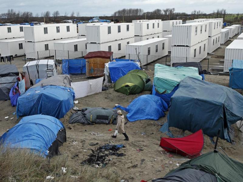 Tendas de migrantes em Calais ao lado dos contentores reformadas