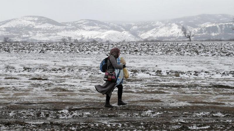 Migrante enfrenta rigor do inverno após passar fronteira da Macedónia
