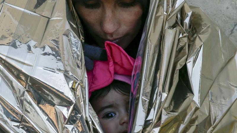 Migrante e filha aguardam o comboio para a Croácia na estação de Presevo, na Sérvia